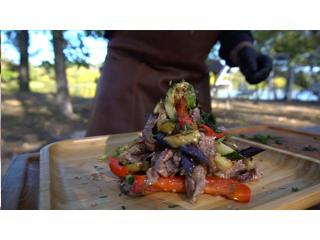 Теплый салат от Лайпакова на угольном гриле Big Green Egg. Рецепт для гриля
