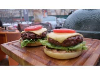 Рецепт от GRILI: Безумно вкусные бургеры на угольном и газовом грилях